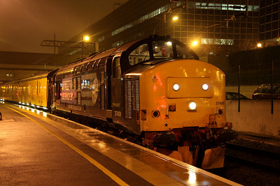 21 November. I have a soft spot for 37409 for when she was named Loch Awe she conveyed me across Rannoch Moor to Fort William on sleeper services. Nowadays as Lord Hinton, she is under the auspices of DRS. She is seen here at Milton Keynes working the 3Q68 1806 Euston - Euston via Milton Keynes.
