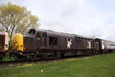 3 April. Former celebrity 37428 carries what remains of her Royal Scotsman colours seen here at Long Marston. I was present at York on 14 May 1998 when she was christened GREAT WESTERN & SCOTTISH RAILWAY CO. THE ROYAL SCOTSMAN by the then chief of EWS, Ed Burkhardt. 37428 was formerly 37281.