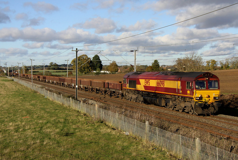 2 November. With a consist of no less than 50 coalfish behind her, 66098 heads south at Milton Malsor south of Northampton with the 6A16 Crewe Basford Hall - Wembley.