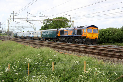 14 June. Had she been on time this photo would have been in the sun !! Running 94 mins late 66729 DERBY COUNTY passes Chelmscote with 365519 in tow working as the 5E65 1221 Wolverton Works - Hornsey TMD.