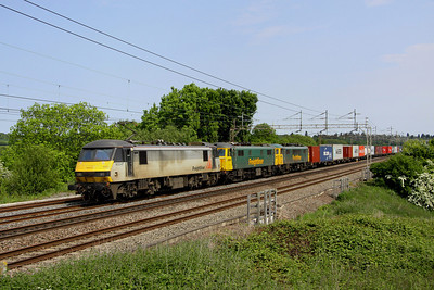 7 June.4M88 produces again. For two Fridays in succession 4M88 0918 Felixstowe - Crewe involves a triple header. With 90047 leading, 86612 + 86613 are DIT passing Chelmscote. The cans had failed the previous evening at Northampton having been in charge of the 4L92 1403 Ditton - Felixstowe.