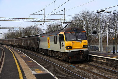 2 March. 92039 Johann Strauss has recently been reactivated from store and is seen here curving through Wolverton on the 6O67 1405 Daventry - Dollands Moor.