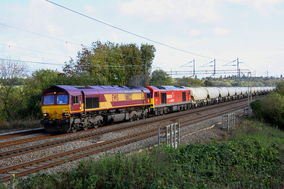 2 Nov. A gloomy shot of 66122 piloting 60007 The Spirit of Tom Kendell passing Chelmscote with the 6H50 1218 Willesden - Tunstead. The 66 was used as no driver with 60 knowledge was available at Wembley. 60007 flied solo from Rugby and 66122 returned light to London.