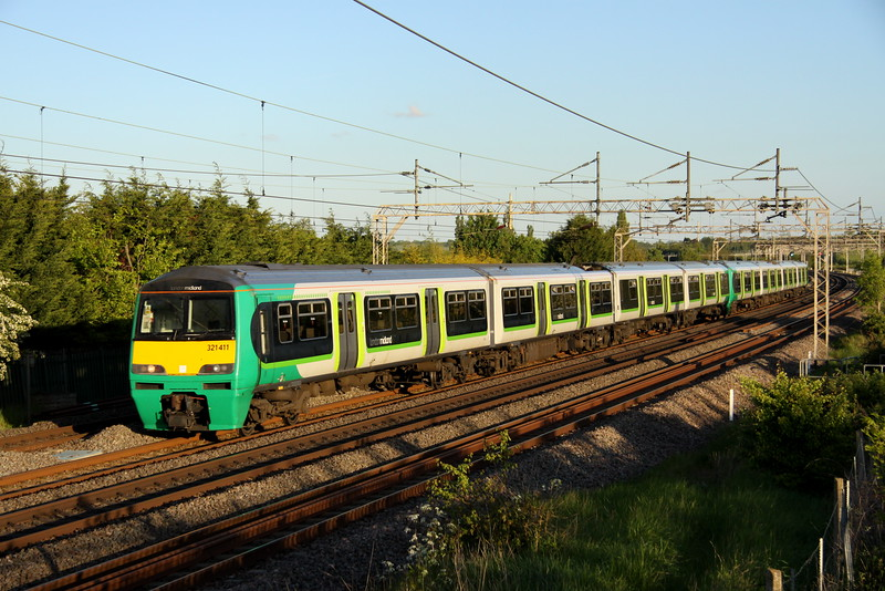 20 May 2015. Old favourites 321411 + 321414 speed past Stoke Hammond working the 2K09 1852 Euston - MK.