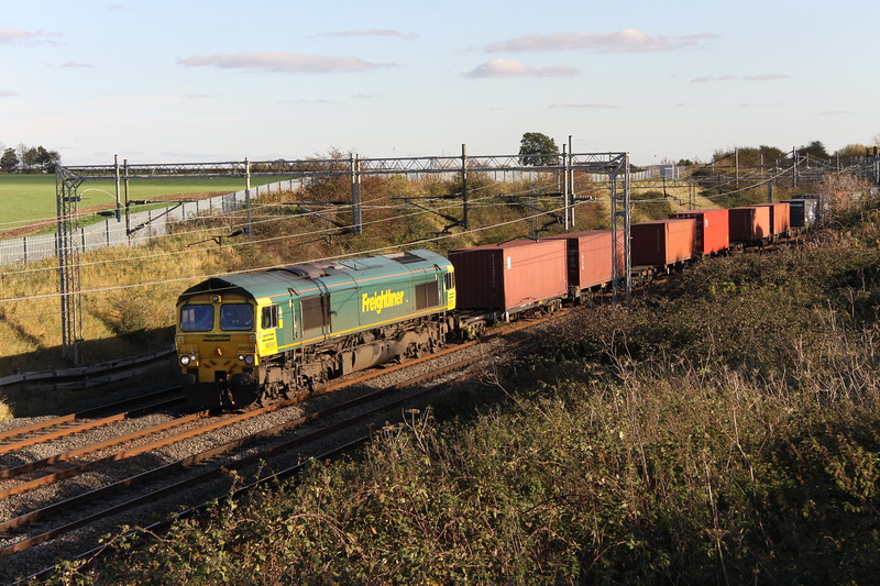 27 October 2017. 66550 catches the Autumnal sunshine passing Castlethorpe atop the 4M58 0925 Southampton - Garston.
