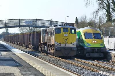 4004 passes 083 on the 11:30 Cork to Dublin Heuston. Kildare, Friday, 25/03/11