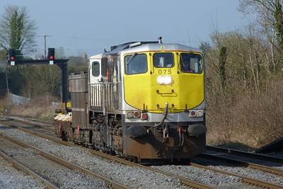 075 passes through with a Tara wagon and wheel carrier on a Limerick to Inchicore transfer. Kildare, Friday, 25/03/11