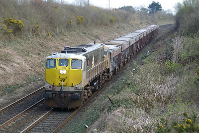 086 with the empty lunchtime Tara (13 wagons in tow). Balbriggan, Wednesday, 23/03/11