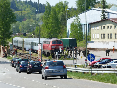 The army load up onto a train hauled by 225 806 Kempten, Thursday, 05/05/11