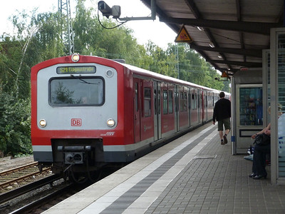 A different type of S-Bahn train arrives into Eidelstedt. Thursday, 13/09/12