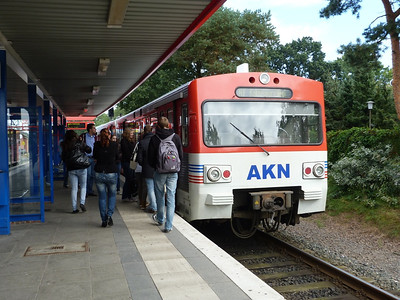 Passengers board VT2 59 at Ulzburg Sud. Thursday, 13/09/12