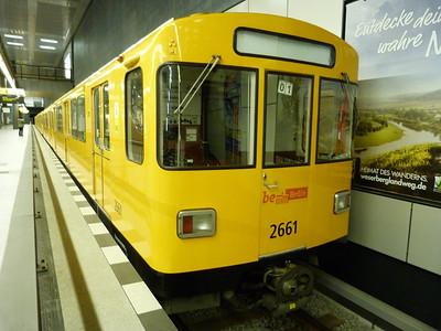 2661 at the head of a line-up of stock for the U55 at Berlin Hbf, Saturday 15/09/12