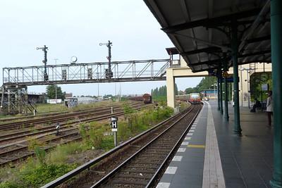 S-Bahn passes the semaphore signals at Berlin Templehof, Sunday, 16/09/12