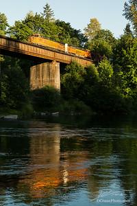 BNSF #5320 Crosses Cowlitz River
