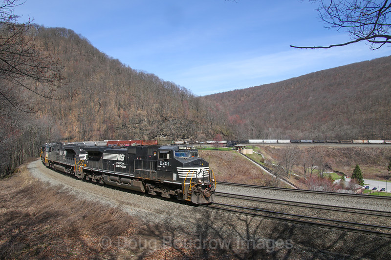 Westbound mixed freight 39Q passes around the Horseshoe Curve on Track 3, 4-5-17