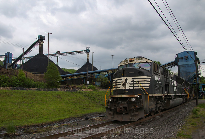 Coal Shuttle C47 loads its train at Sonman Mine in Portage, 5-23-19.