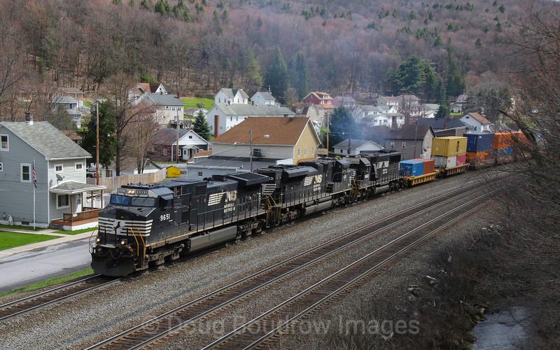 NS intermodal heads East through Lilly, 4-4-17.