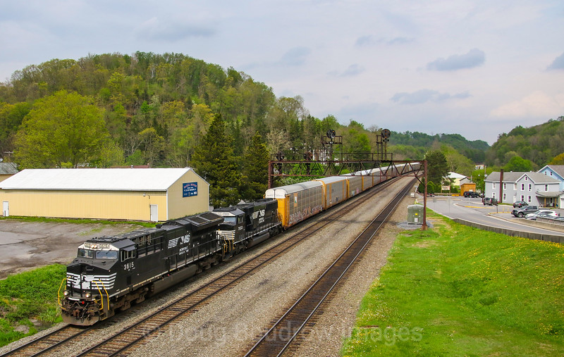 A Westbound auto rack train glides down the West Slope in Summerhill under the PRR signal bridge, 5-13-18.