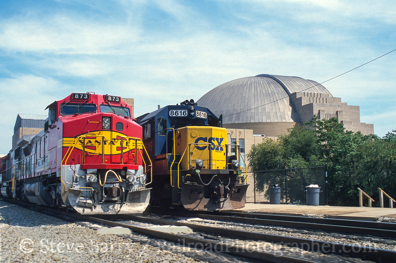 Photo 3950<br /> Burlington Northern & Santa Fe and CSX; Cincinnati Union Terminal, Cincinnati, Ohio<br /> August 2000