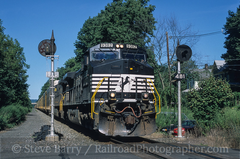 Photo 3790<br /> Norfolk Southern; Three Bridges, New Jersey<br /> September 2003