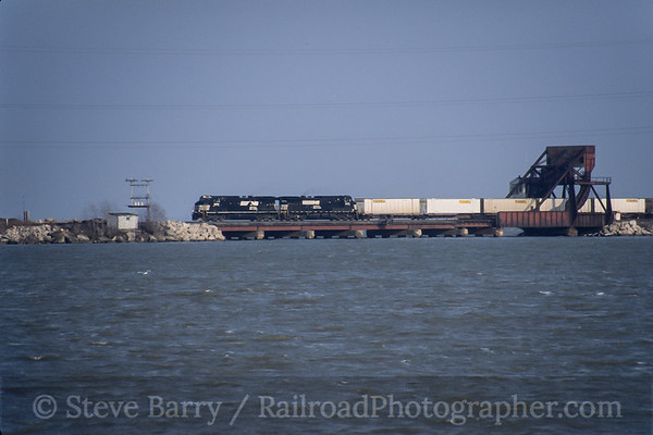 Photo 4202 Norfolk Southern; Sandusky Bay, Danbury, Ohio March 2005