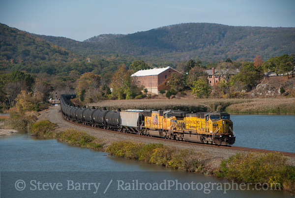 Photo 3238 Union Pacific (on CSX); Iona Island, Bear Mountain, New York October 25, 2014