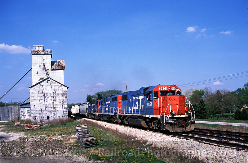 Photo 0125<br /> Canadian National (Illinois Central); Thawville, Illinois<br /> April 2004