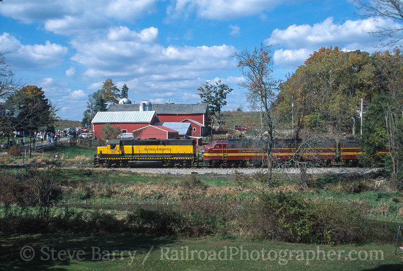 Photo 3545<br /> New York, Susquehanna & Western; Baird's Farm, New Milford, New York<br /> October 2001