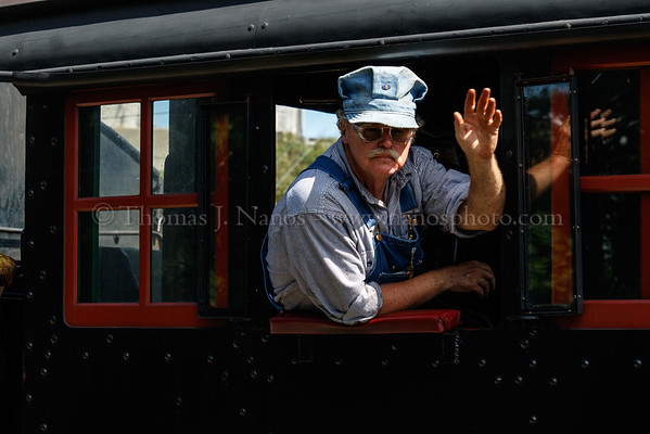 475s engineer gives passengers a friendly wave