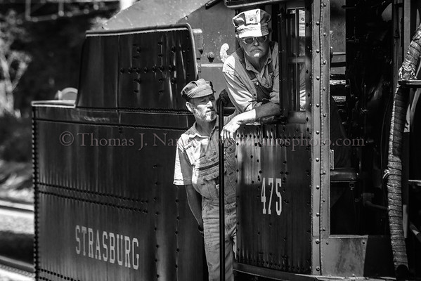 475s engine crew watches their train as they run around