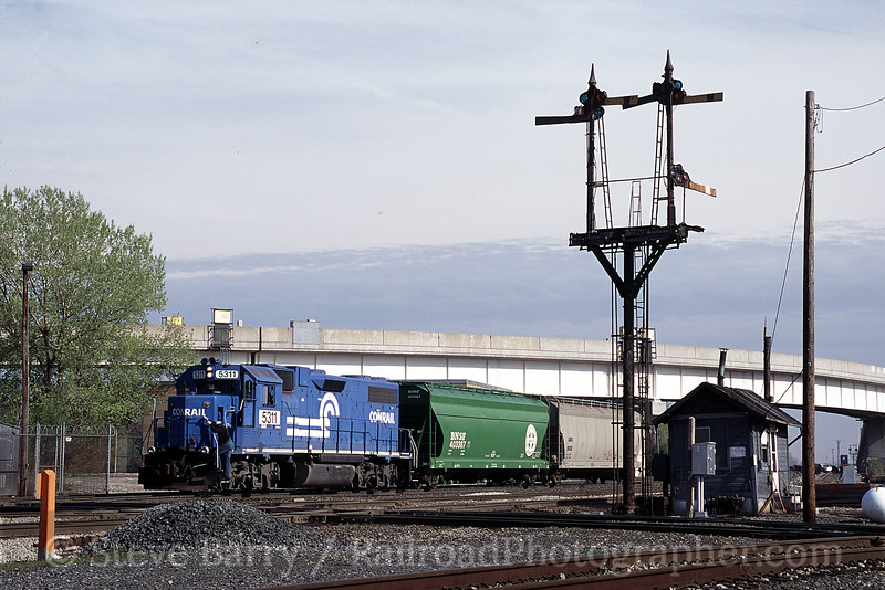 Photo 0470<br /> Norfolk Southern (Conrail); Brighton Park, Chicago, Illinois<br /> May 2000