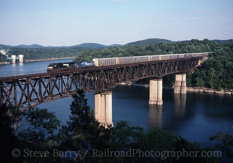 Photo 0394<br /> Norfolk Southern; Burnside, Kentucky<br /> August 4, 1999