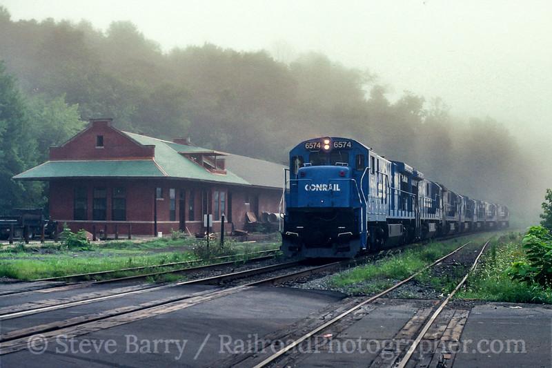 Photo 5480<br /> Conrail<br /> West Springfield, Massachusetts<br /> August 1990