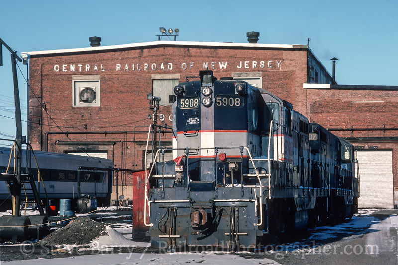 Photo 4529<br /> New Jersey Transit<br /> Elizabethport, New Jersey<br /> February 1987
