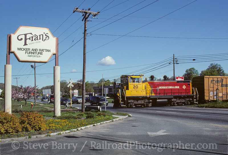 Photo 4105<br /> Morristown & Erie; Succasunna, New Jersey<br /> April 1998