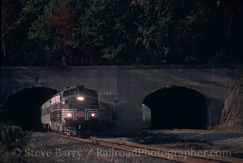 Photo 0413<br /> Metro North; Breakneck Ridge, Cold Spring, New York<br /> October 2, 1999