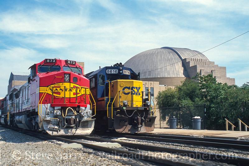 Photo 3950<br /> Burlington Northern & Santa Fe and CSX; Cincinnati Union Terminal, Cincinnati, Ohio<br /> August 2000