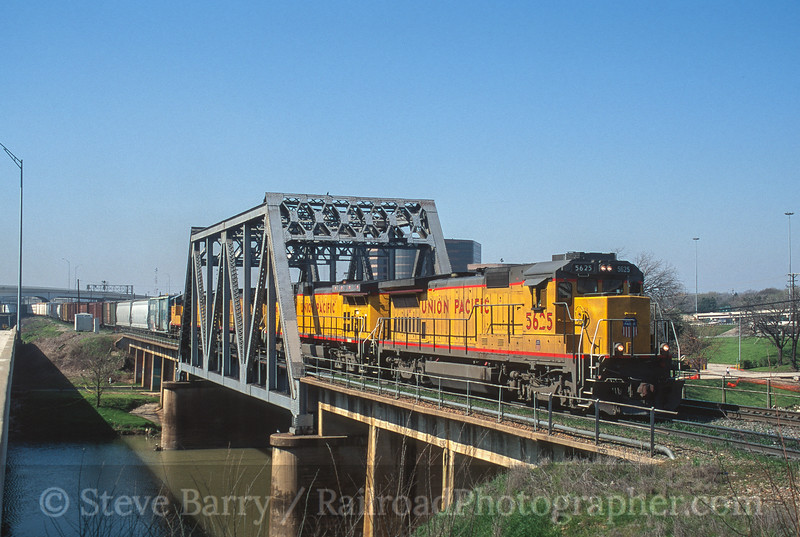 Photo 3645<br /> Union Pacific; Fort Worth, Texas<br /> March 2001