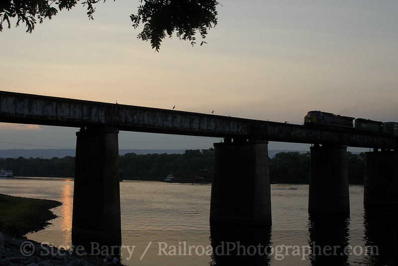 Photo 0927<br /> CSX Transportation (on Norfolk Southern); Tenbridge, Chattanooga, Tennessee<br /> July 8, 2007