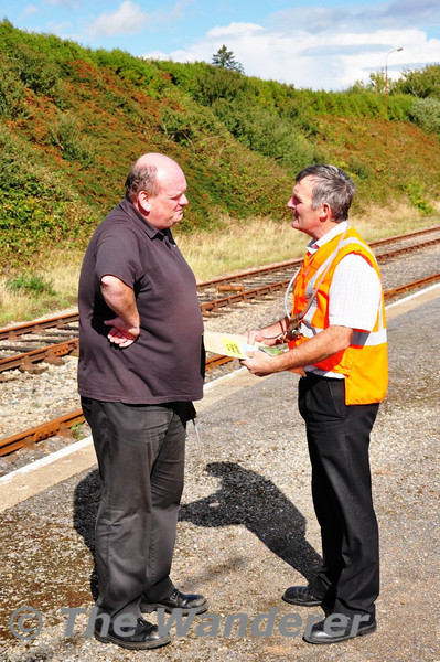 The driver and signalman have a chat at Wellington Bridge. Sat 11.09.10
