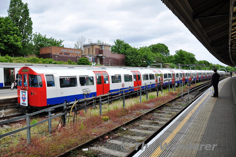 The special train formed of 3133 + 3071 at Ealing Broadway. From here the special would return to Severn Sisters. Sun 15.05.11
