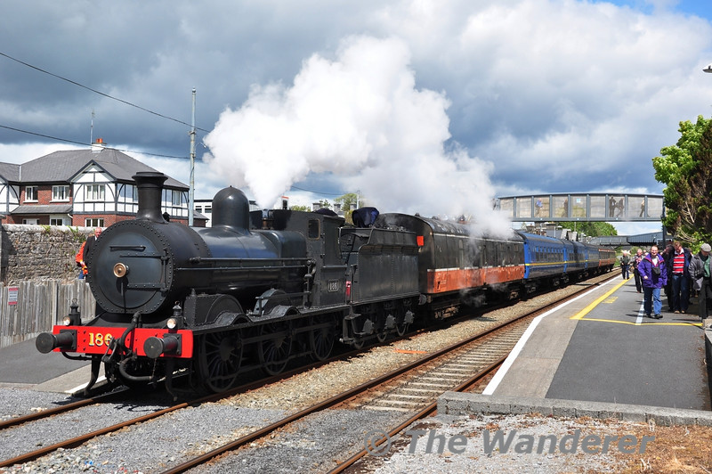 186 had a great run from Ballinasloe to Athenry where it arrived about 15 minutes early. The train was booked to spend 60 minutes at Athenry awaiting a path down the Western Rail Corridor. A perfect opportunity for passengers (and chasers) to get a late lunch. Sat 12.05.12
