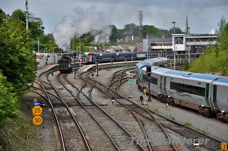 461 runs around its train at Drogheda. Sun 31.05.15