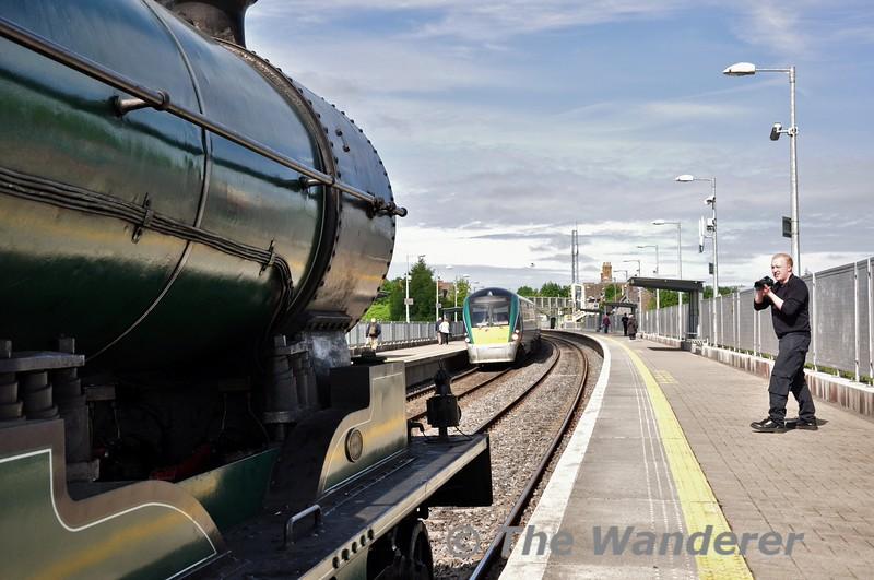 22031 passes Portarlington through the down platform with the 0700 Tralee - Heuston. Fri 19.06.15
