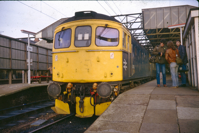 33013 awaits to depart Crewe with an early morning service to Cardiff Central on 28th December 1982.  Chris Hodgson, Andrew Peace and Alan Hawksworth in attendance...