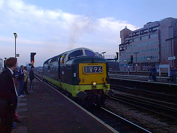 D9000 draws off the stock off 1V96 at Reading on 18th February 1998