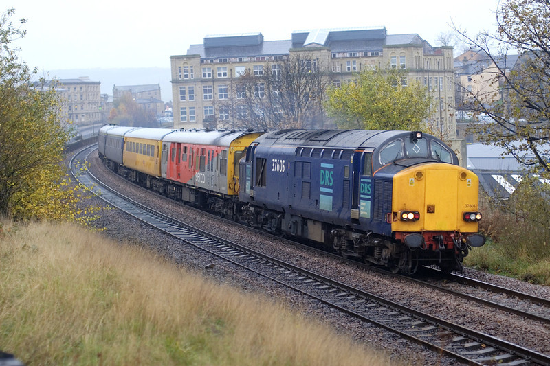 37605 leads a 1Z14 08:55 Stockport-Derby (via York and the pennines) Past Dewsbury with 37612 providing audible assistance from the rear on 24th November 2006