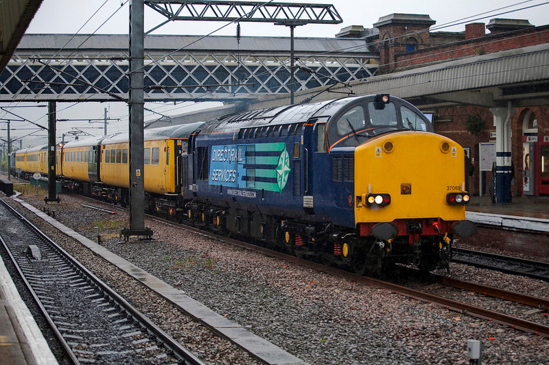 37069+37602 top 'n' tail a 1Q18 09:58 Doncaster to Derby through the centre road at Wakefield Kirkgate on 21st May 2009