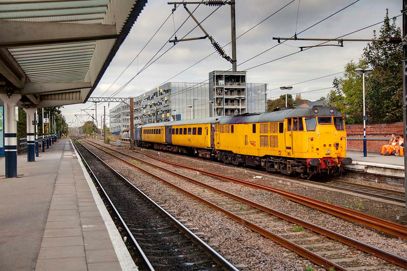 31233 rolls through Wakefield Westgate with a 5Z11 Neville Hill to Brush Loughbrough on October 13th 2009.