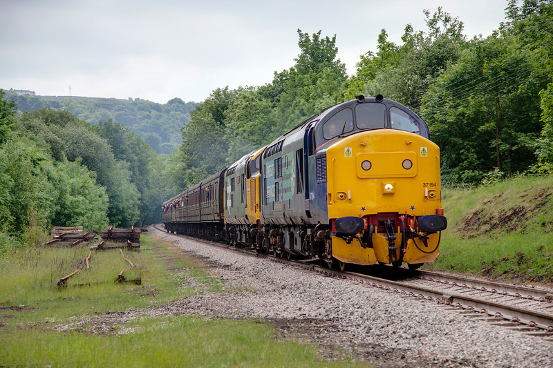 37194+37901 roll down the Great Northern straight from Ingrow toward Keighley with the 12:25 ex Oxenhope on June 11th 2010.